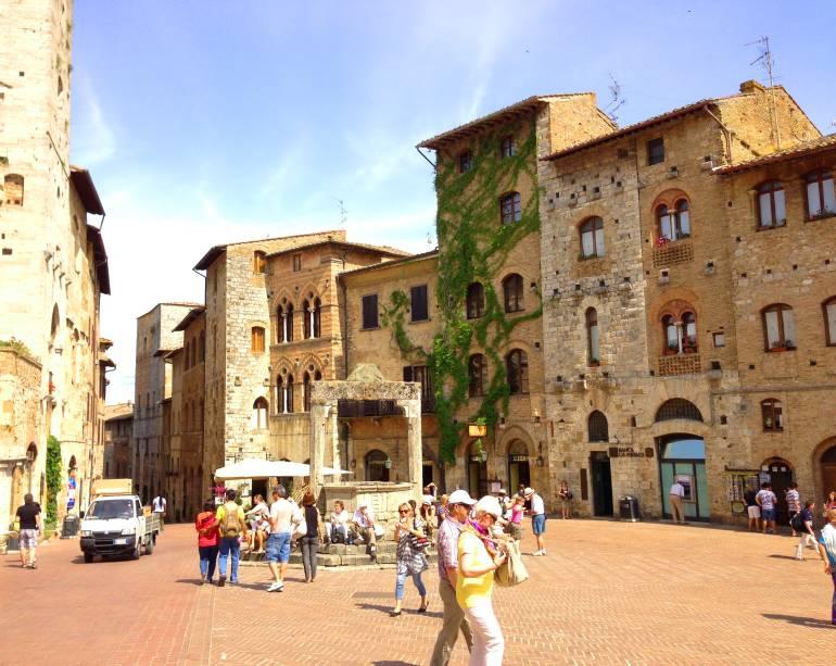 A cisterna, localizada no meio da praça de formato triangular, foi construída em1287; nesta época, a praça funcionava como um mercado a céu aberto
