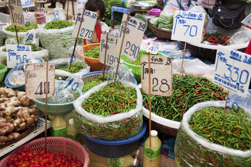 Pimentas e temperos em um mercado de rua em Bangcoc, na Tailândia (foto: iStock)