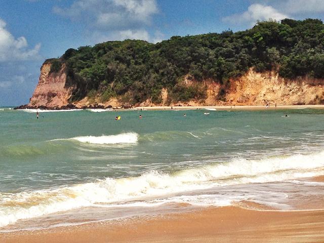 A Praia da Pipa é assim: paredão de um lado, mar de outro e pedras entre as orlas (foto: arquivo pessoal)