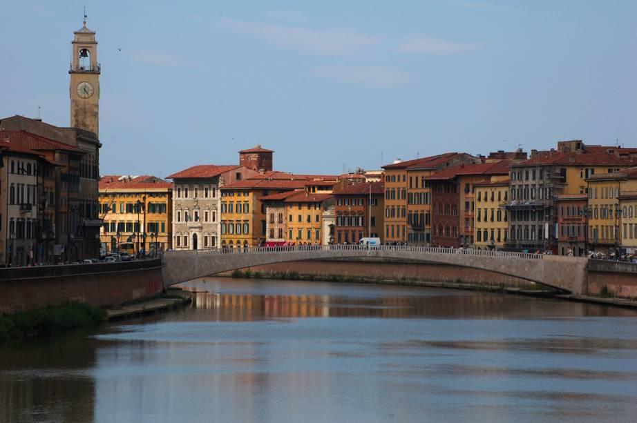O rio Arno trouxe prosperidade para Pisa, mas também foi motivo para sua decadência. Os sendimentos trazidos por suas águas levaram o litoral para longe e inutilizou o seu porto