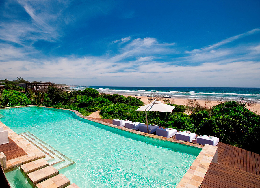 A piscina principal, entre o bar e o mar
