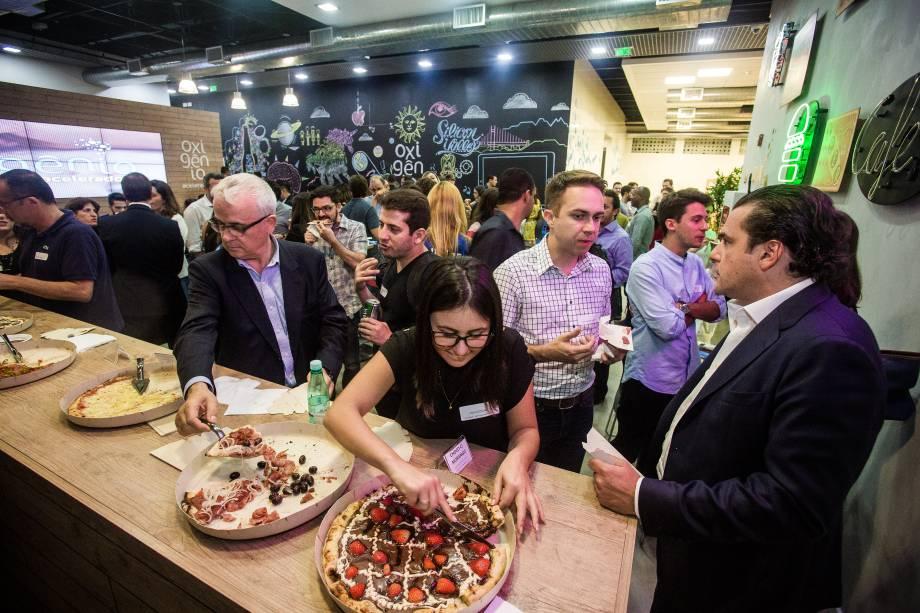 Depois do bate-papo entre as startups e os empresários, os convidados tiveram a oportunidade de degustar pizzas e trocar contatos em um jantar informal na Liga Ventures, que sediou o evento