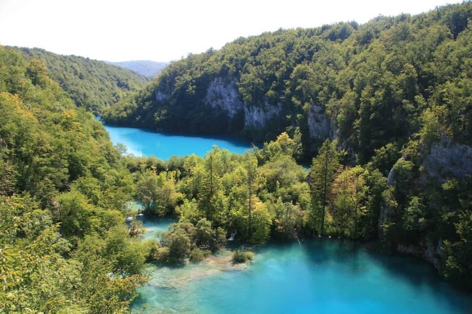 O belíssimo parque é formado por lagos e cachoeiras de uma cor turmalina que impressiona os visitantes
