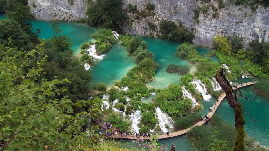 As cores das águas dos Lagos de Plitvice mudam constantemente, dependendo da época do ano