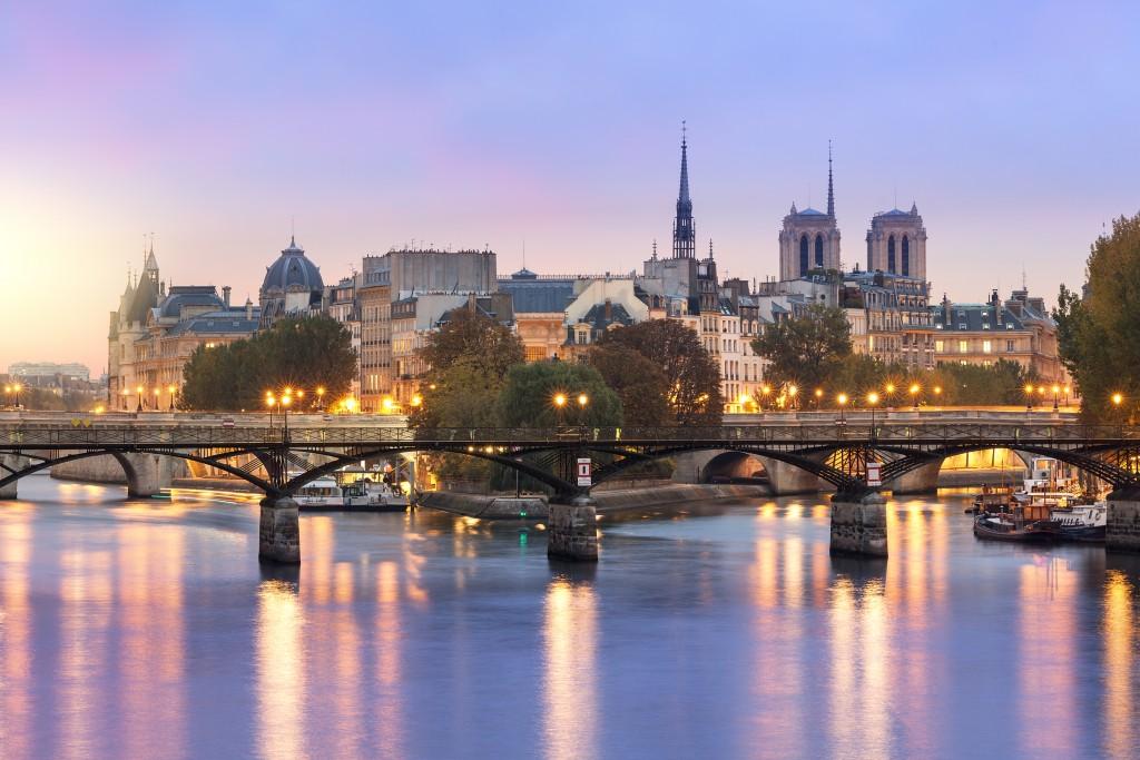 A Pont des Arts livre e limpinha (foto: iStock/johnkellerman)