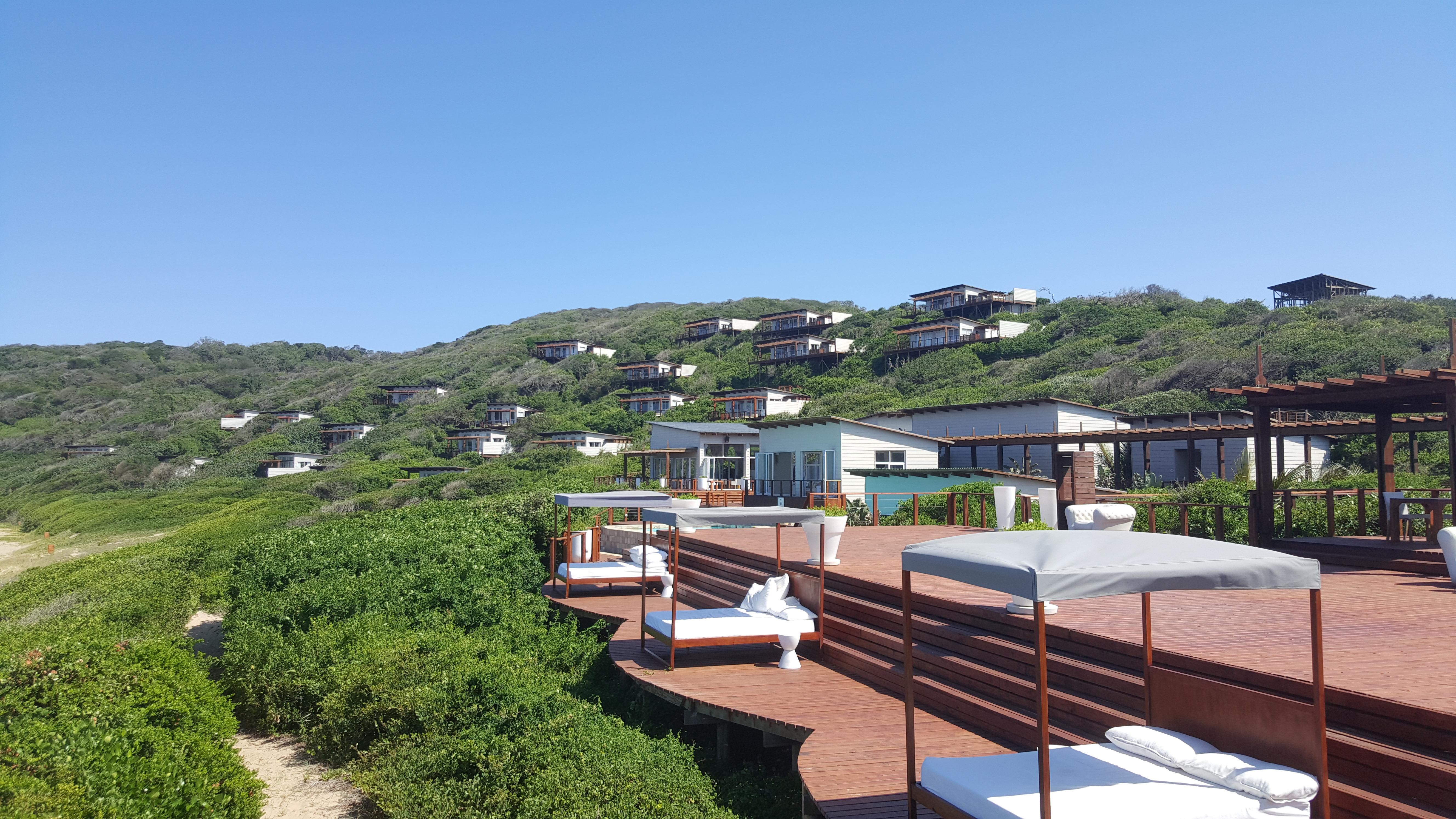 O hotel ocupa uma colina verde sem se destacar ostensivamente dela