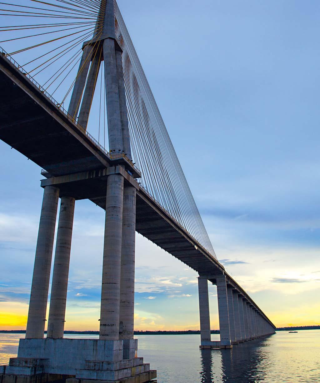 A ponte sobre o Rio Negro