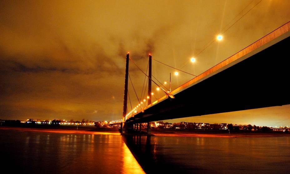 A beleza da ponte Rheinkniebrücke em Düsseldorf, na Alemanha
