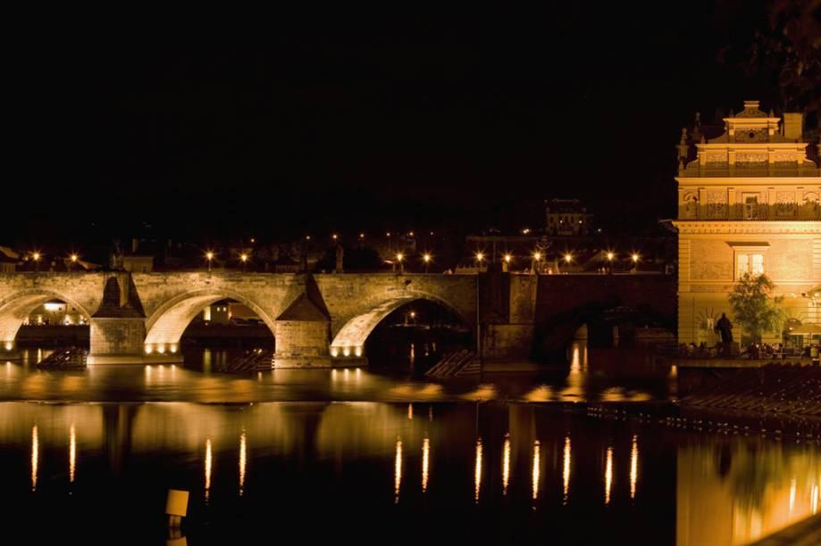 A ponte Carlos é a mais antiga da capital tcheca, feita entre os séculos 14 e 15. Ela possui 30 estátuas e 16 pilares de sustentação, alguns dos quais foram destruídos diversas vezes por enchentes
