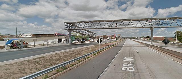 Desfilei com meu mochilão nessa passarela e passei bons momentos sentada no ponto de ônibus da esquerda (foto: Google Street View)