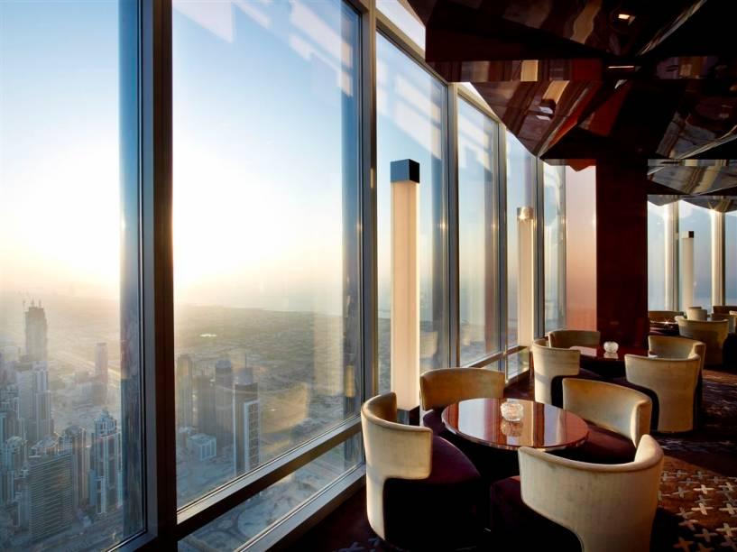 O lounge do restaurante At.mosphere é ideal para um almoço leve ou para o chá da tarde. À noite, a vista é acompanhada de música lounge mixada por um DJ da casa