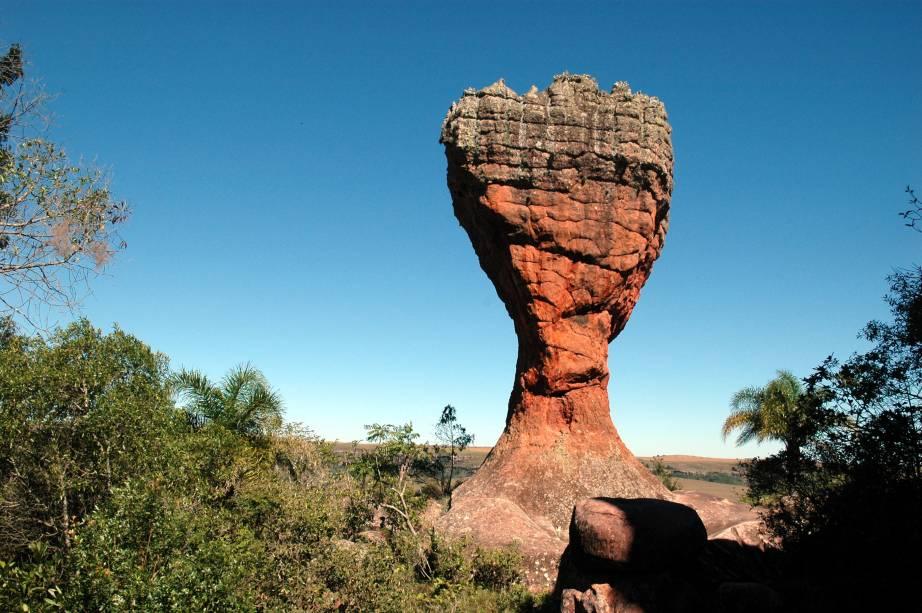 O Parque Estadual de Vila Velha é uma das principais atrações do estado do Paraná. Há dois passeios: pelos arenitos, rochas formadas ao longo de milhares de anos; e pela trilha que leva a três furnas, lagos de lençol freático similares a crateras inundadas
