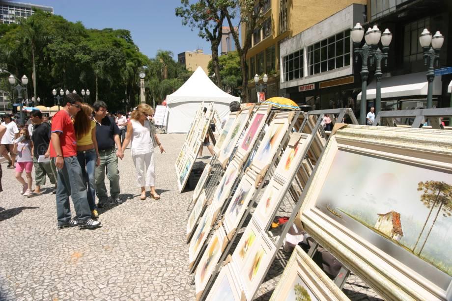 """Feira de artesanato nas ruas de <a href=""""http://viajeaqui.abril.com.br/cidades/br-pr-curitiba"""" rel=""""Curitiba"""">Curitiba</a> (PR)"""