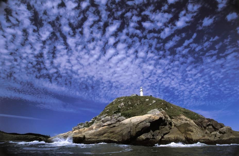 Um dos principais símbolos da Ilha do Mel (PR), o Farol das Conchas tem uma visão privilegiada. Apesar da visita interna não ser permitida, do pé da construção é possível ver todas as praias, a Baía de Paranaguá e as ilhas vizinhas do Superagui e das Peças.