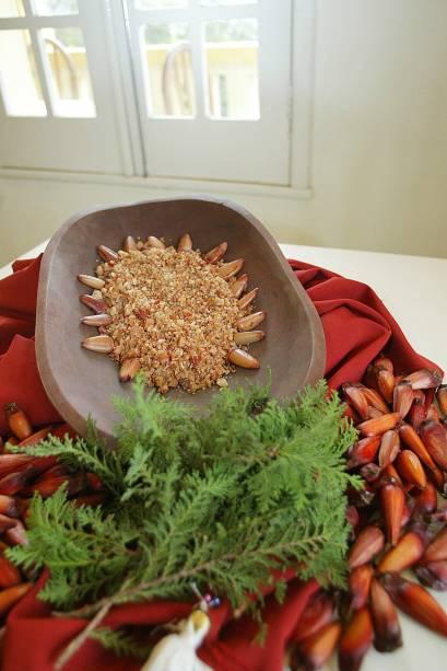 Paçoca de charque com farinha de milho, cebola e pinhões. Prato típico do Paraná