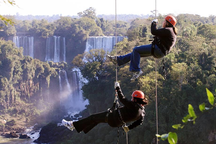 O Parque Nacional do Iguaçu (PR) vai além da beleza cênica das Cataratas. No centro de esportes de aventura é possível praticar rapel, rafting e arvorismo.