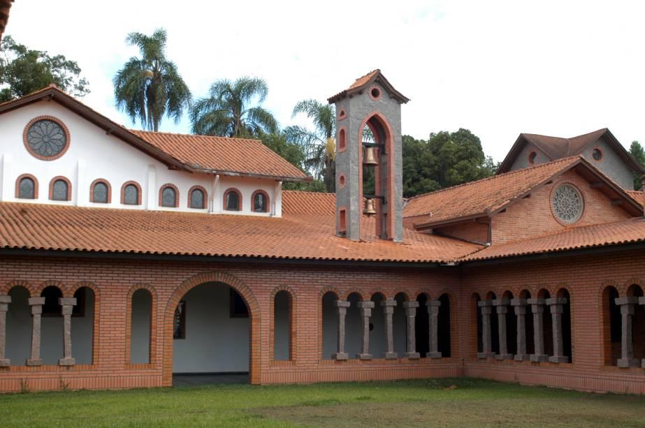No Mosteiro Ressurreição, em Ponta Grossa (PR), os monges se reúnem na capela para as orações em canto gregoriano, abertas ao público. Tem hospedaria para retiros e lojinha com pães, bolos, bolachas, velas e licores.