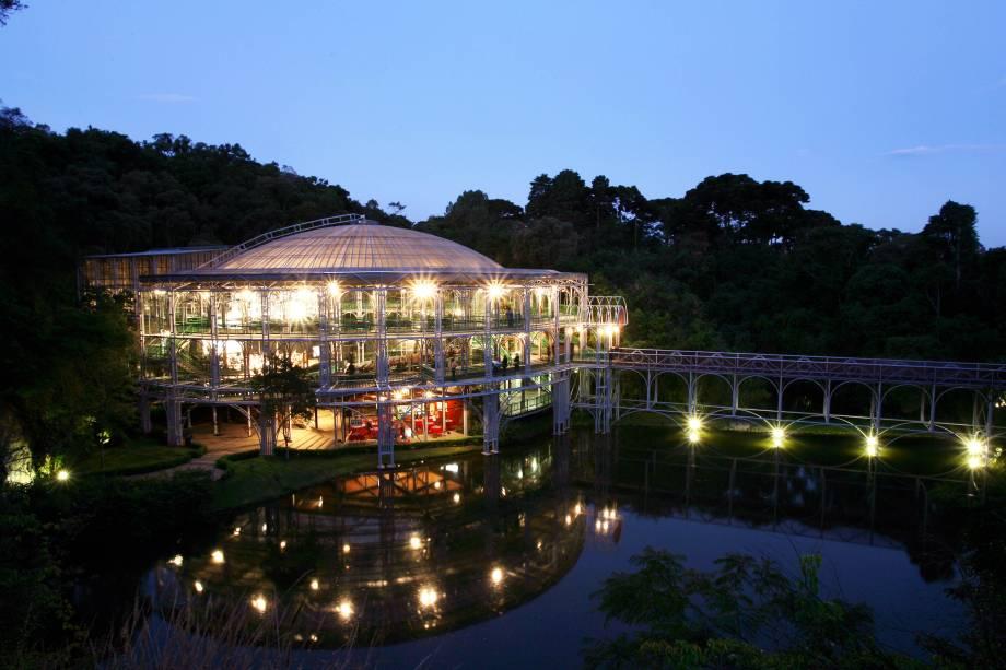 Uma bela construção de metal tubular erguida sobre um lago, com teto e paredes transparentes, o Teatro Ópera de Arame, em Curitiba (PR), recebe shows e peças de teatro. Aproveite a visita para conhecer o Parque das Pedreiras que fica ao lado, em meio à Mata Atlântica.