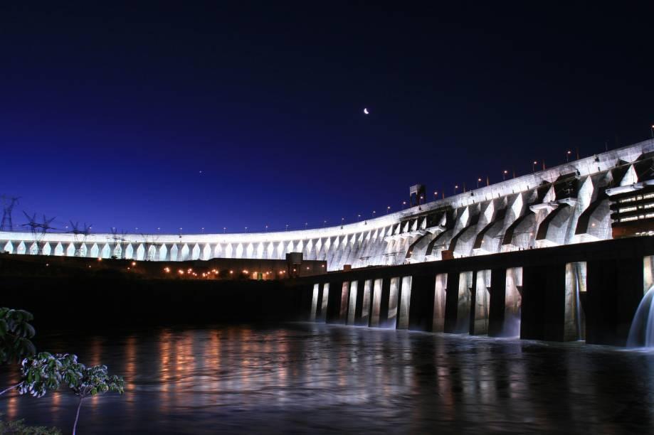 A Usina de Itaipu, em Foz do Iguaçu (PR) pode ser visitada de ônibus para uma visão panorâmica, de catamarã para chegar a barragem iluminada à noite ou caminhando pelo interior junto com um monitor que irá explicar o funcionamento e a história do lugar