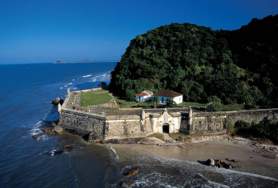 A Fortaleza de Nossa Senhora dos Prazeres foi construída para proteger a Baía de Paranaguá dos ataques Espanhóis. É a principal atração da Praia da Fortaleza, na Ilha do Mel (PR), a maior e mais tranquila da ilha.