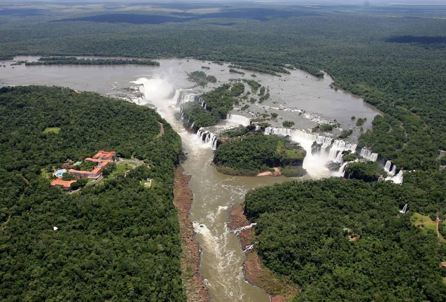 O <strong>passeio de helicóptero</strong> proporciona uma perspectiva diferente, mas ainda assim espetacular, das Cataratas do Iguaçu, no Paraná, e dos dois Parques Nacionais (o brasileiro e o argentino)