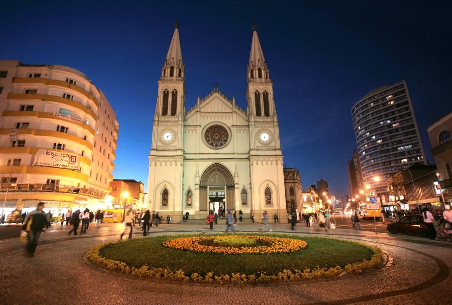 """A Catedral Basílica Menor de Nossa Senhora da Luz de <a href=""""http://viajeaqui.abril.com.br/cidades/br-pr-curitiba"""" rel=""""Curitiba """">Curitiba</a>(PR), localizada na Praça Tirasdentes, abriga a imagem de Nossa Senhora da Luz dos Pinhais, a Padroeira da cidade"""
