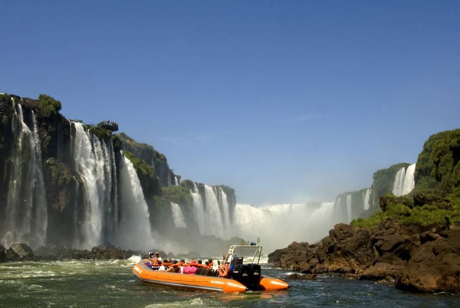 Após um passeio de trenzinho para conhecer um pouco da flora e da fauna do Parque Nacional do Iguaçu (PR), o grupo embarca na lancha em direção às Cataratas do Iguaçu. Prepare-se para ficar molhado