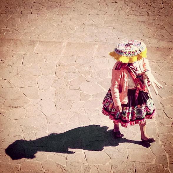 BEM NA FOTO: Trajes andinos na Praça de Armas de Cusco