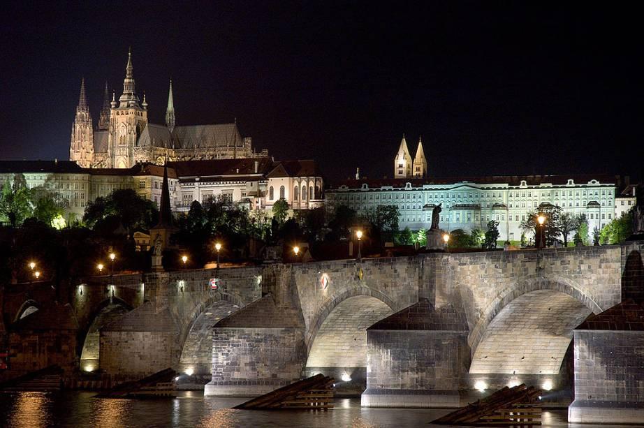 A Ponte Carlos atravessa o rio Moldava e conects a Cidade Velha à Cidade Pequena