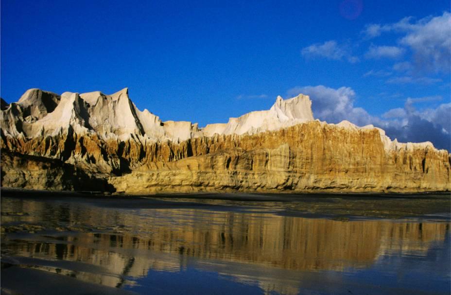 A Praia das fontes em Beberibe (CE) tem águas calmas, é a escolhida das famílias. Tem bicas de água doce, gruta, dunas e falésias. Nos finais de semana é invadida por ônibus de excursão
