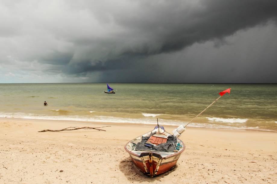 Pescadores tentam garantir a pesca do dia enquanto a chuva aproxima-se à praia de Joanes, na Ilha de Marajó, no Pará