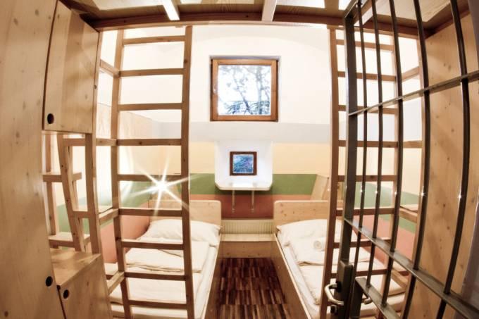 Quarto do hostel Celica, que era uma prisão na Eslovênia