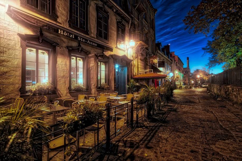 As ruas de pedra do centro histórico da cidade de Quebec, no Canadá, ficam ainda mais charmosas (e mais misteriosas) nas primeiras horas da manhã