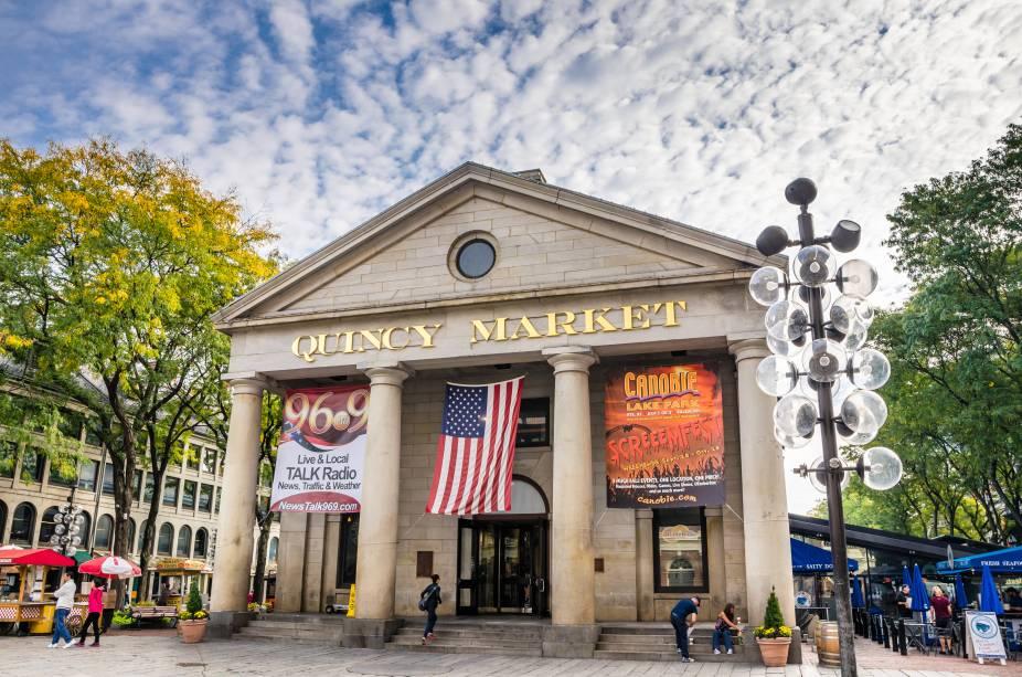 O Quincy Market tem mais de quarenta opções de lanchonetes e restaurantes. Vale dar uma pausa nos passeios para almoçar por aqui
