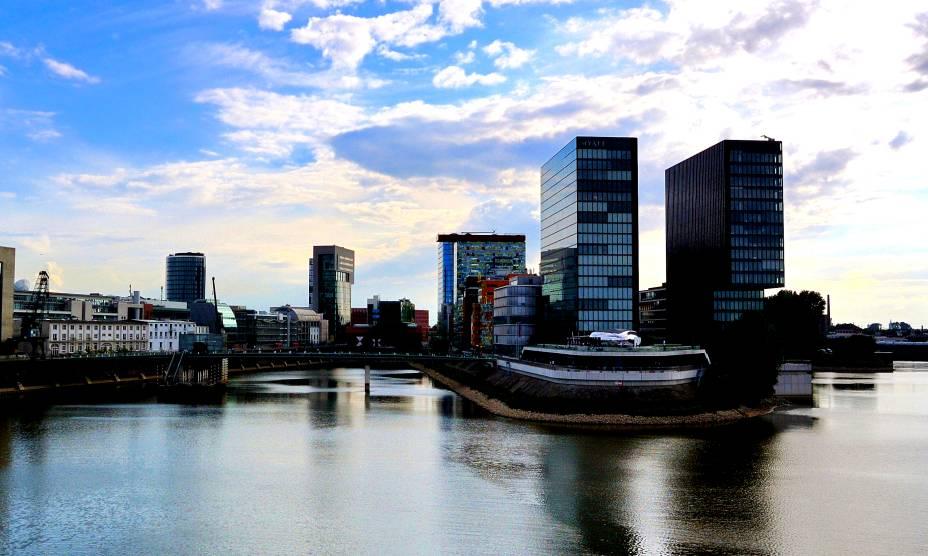 A cidade de Düsseldorf, na Alemanha, à beira do gracioso Rio Reno