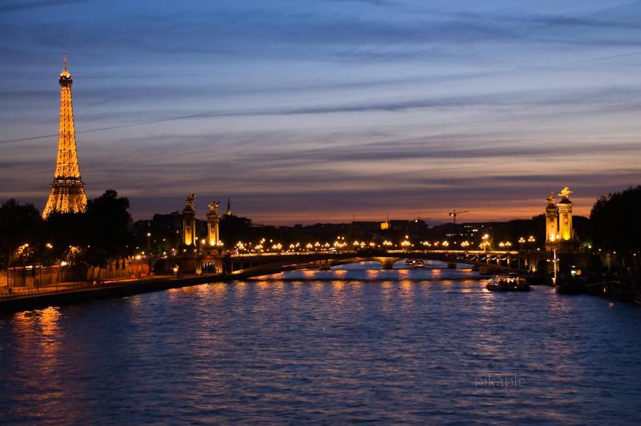 As margens do Rio Sena estão literalmente (quase) a um pulo da Torre Eiffel. Se você está pela região já dá para aproveitar o caminho e dar uma volta por ali, assim você já tem mais um item para riscar da listinha de programas imperdíveis em Paris.
