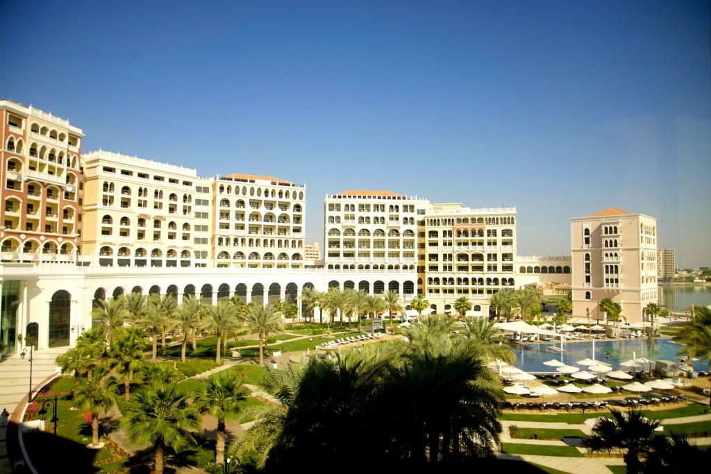 O colossal Hotel Ritz-Carlton Grand Canal, que tem uma localização estratégica: de cara para a mesquita Sheikh Zayed