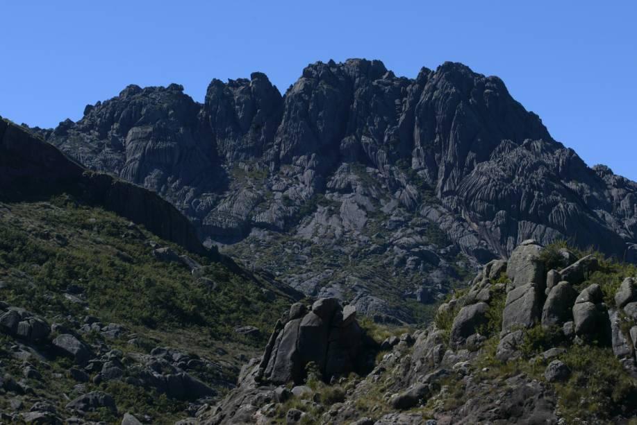 O Parque Nacional do Itatiaia é o primeiro parque nacional brasileiro. Há duas portarias: a de Itatiaia (RJ), que dá acesso aos passeios da parte baixa, e a de Engenheiro Passos (RJ), onde estão as trilhas mais fechadas e o Pico das Agulhas Negras. Ótimo lugar para observação de aves (Birdwatching)