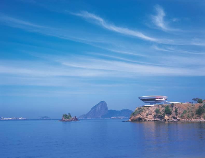 Antiga capital do estado fluminense, Niterói (RJ) surpreende com belas praias de mar aberto, pelo conjunto arquitetônico projetado por Oscar Niemeyer, com destaque para o MAC, e pelos hotéis que abriga