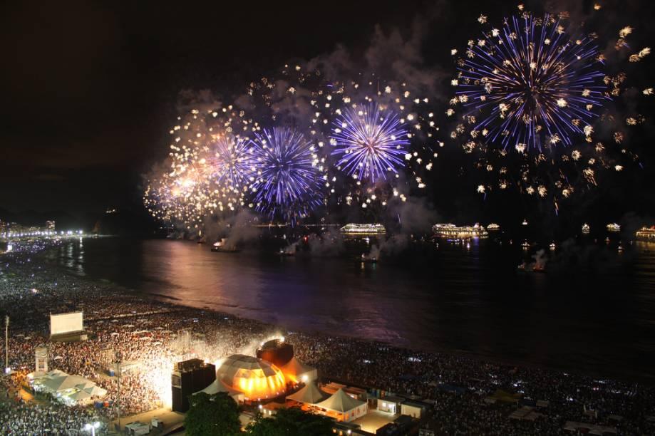 A celebração da virada de ano mais famosa do país, em Copacabana, no Rio (RJ), reúne cerca de 2 milhões de pessoas