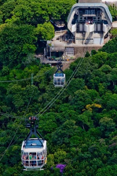 Os Bondinhos fazem o transporte até o Pão de Açúcar (396m) e o Morro da Urca (227m), conjunto formado por dois mirantes naturais na entrada da Baía de Guanabara, no Rio de Janeiro (RJ)