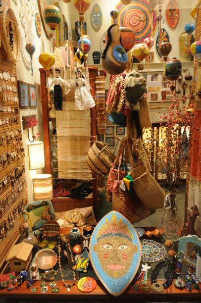 Artesanato exposto numa loja de suvenir na Rua da Lapa, centro histórico de Paraty (RJ)