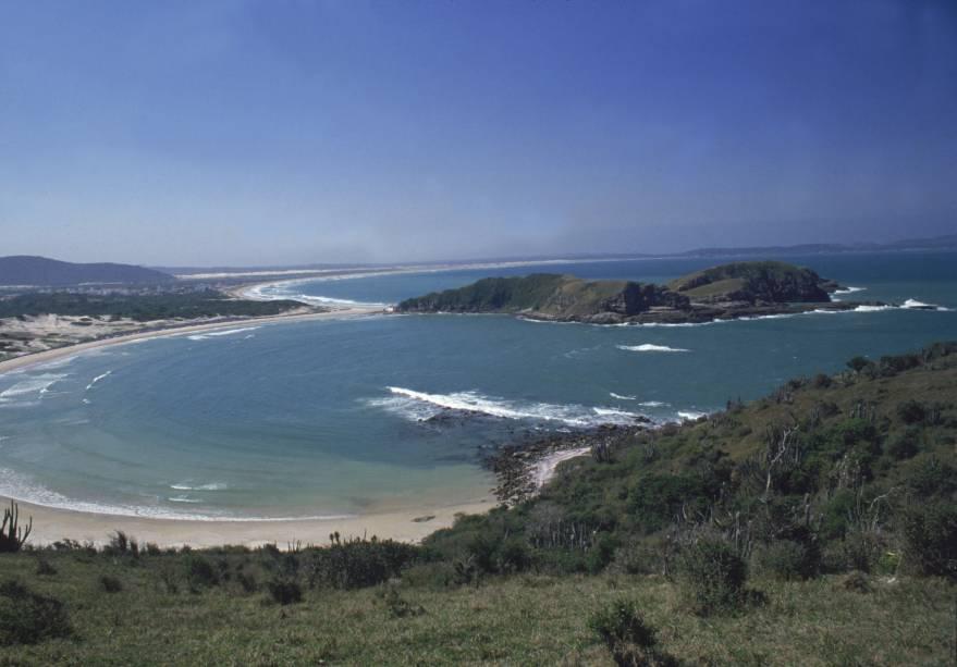 Areia branca, águas cristalinas e boas ondas caracterizam as praias de Cabo Frio (RJ). Com vida noturna agitada é procurada por famílias e excursões que, no verão, lotam o maior e mais estruturado município da Região dos Lagos