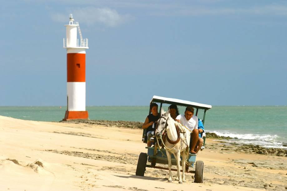 Na maré baixa, é possível chegar à Praia Galinhos, em Macau (RN) de bugue. Na vila, o transporte é geralmente feito por charretes