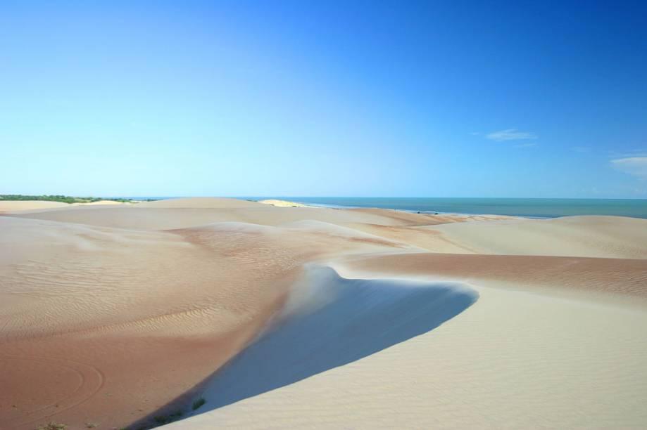 Apesar da vila dos pescadores, a praia Redonda, em Areia Branca (RN) é deserta e tem dunas