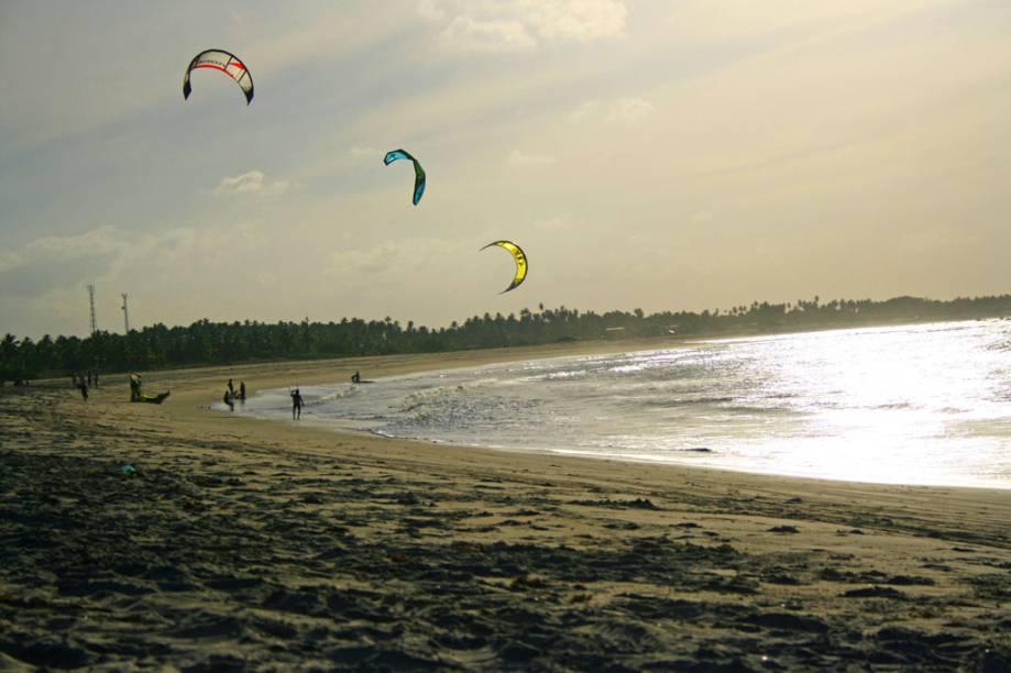 A mais frequentada por fãs de kite e windsurfe, a praia da Ponta do Santo Cristo, São Miguel do Gostoso (RN), tem o mar verde e calmo