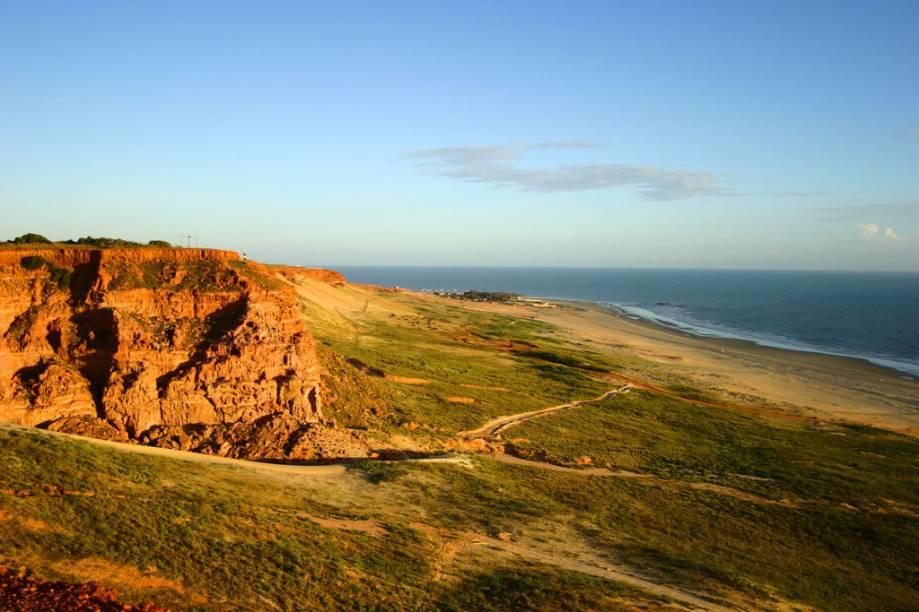 A Praia da Ponta do Mel em Areia Branca (RN) abriga um vilarejo e um farol