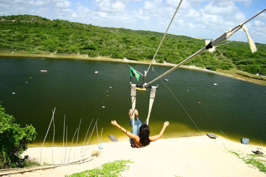 """A diversão da Lagoa do Jacumã, em Natal (RN), é o esquibunda e o aerobunda. O primeiro é uma prancha em que se senta e vai """"esquiando"""" até chegar às águas, o segundo é uma tirolesa"""