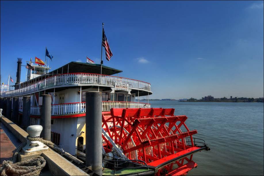 Barcos a vapor são passeios populares no rio Mississippi, em Nova Orleans