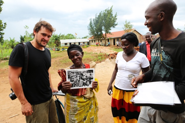 Uma das personagens retratadas ao receber a foto em mãos, em Uganda